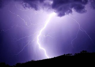 Lightning_strikes_hill_january_2007